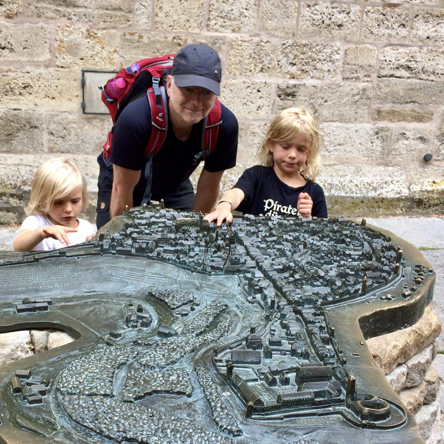 Ulrich van Triel und Kinder ertasten die Stadt