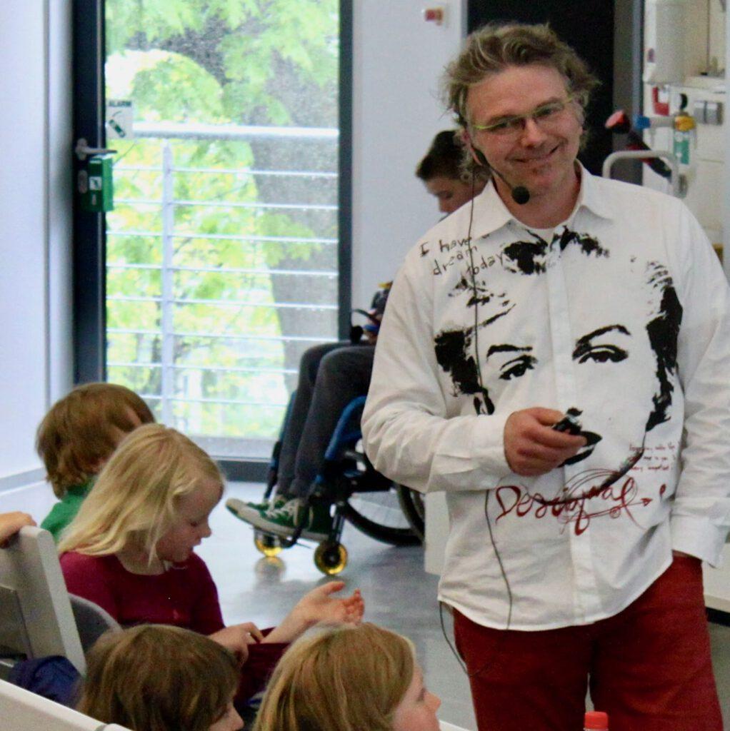 Ulrich van Triel unterrichtet Kinder an der Kinder-Uni